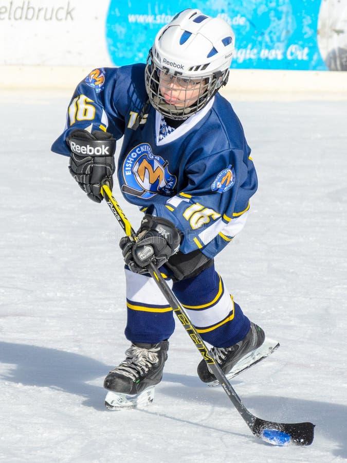 Crianças alemãs que jogam o hóquei em gelo fotos de stock