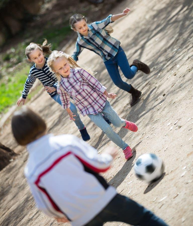 Crianças amigáveis que jogam o futebol da rua fora foto de stock royalty free