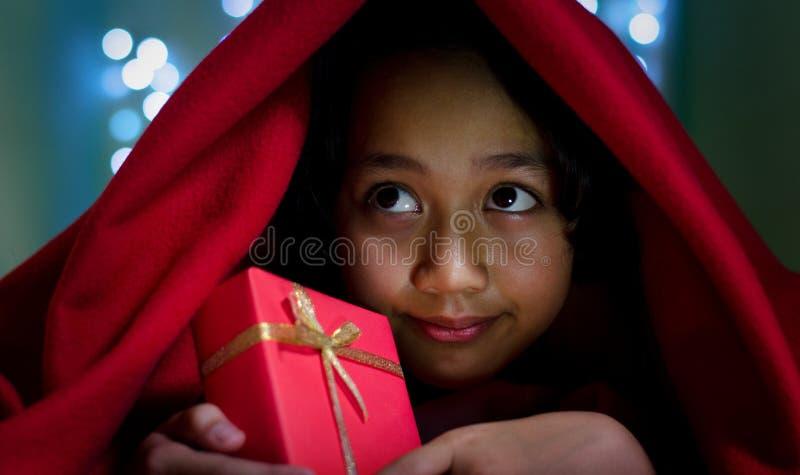 Crianças asiáticas com a caixa de presente sob a cobertura fotografia de stock royalty free