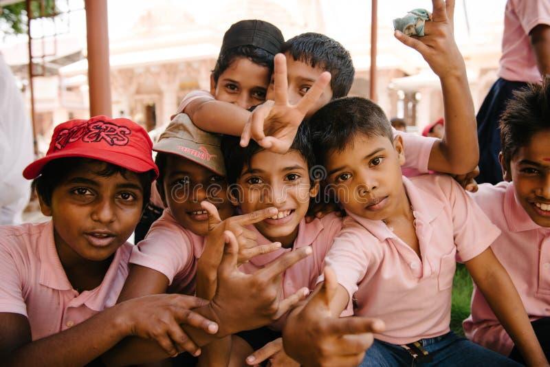 Crianças asiáticas felizes após a escola fotos de stock