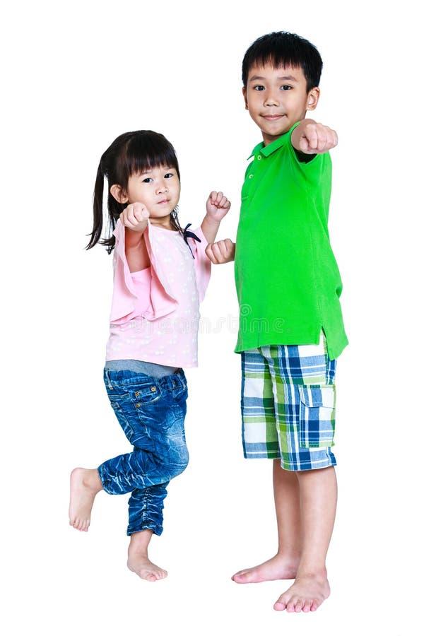 Crianças asiáticas felizes que levantam no estúdio, isolado no CCB branco fotos de stock