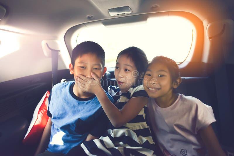 Crianças asiáticas felizes que viajam no carro foto de stock