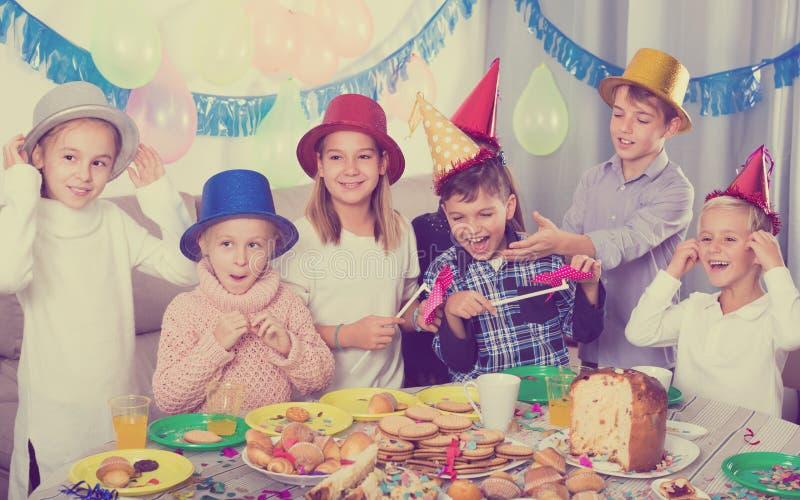Crianças bonitas do grupo que têm o aniversário dos friend's do partido fotos de stock royalty free