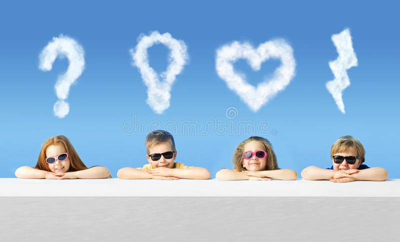 Crianças bonitos com marcas do cloude imagem de stock royalty free