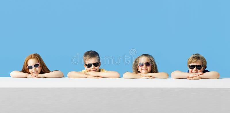 Crianças bonitos pequenas que relaxam junto fotografia de stock