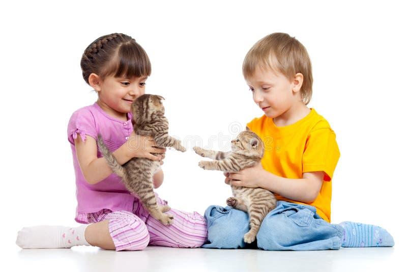 Crianças bonitos que jogam com gatinhos fotografia de stock royalty free