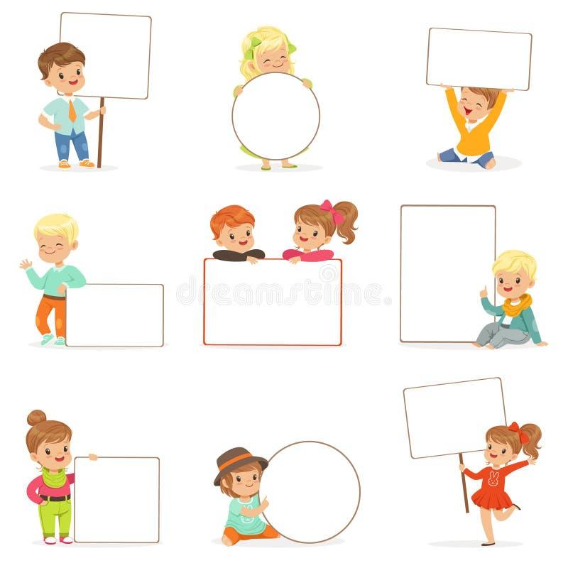 Crianças bonitos que mantêm as placas vazias brancas em poses diferentes ajustadas Rapazes pequenos e meninas de sorriso na roupa ilustração stock