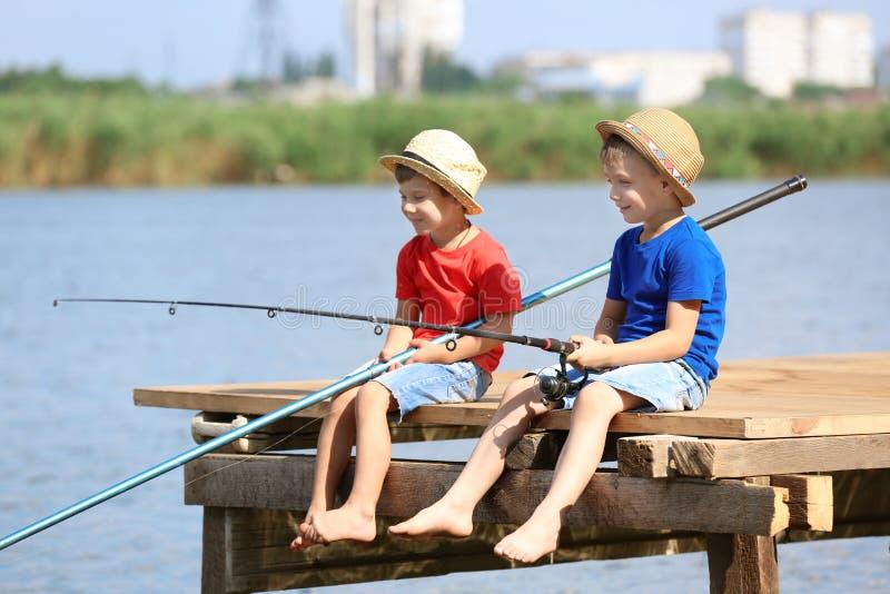 Crianças bonitos que pescam no dia de verão fotos de stock royalty free