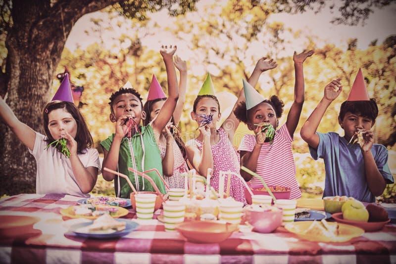 Crianças bonitos que têm o divertimento durante uma festa de anos fotografia de stock