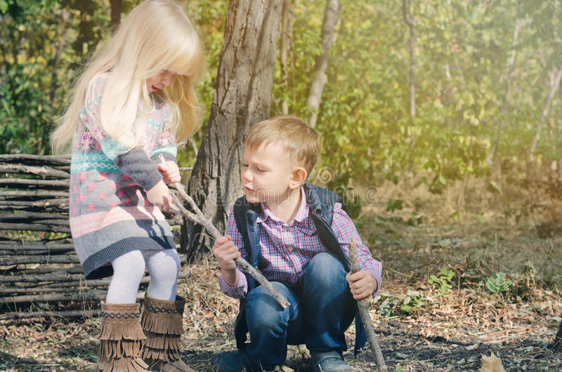 Crianças brancas que lutam pela vara secada imagem de stock