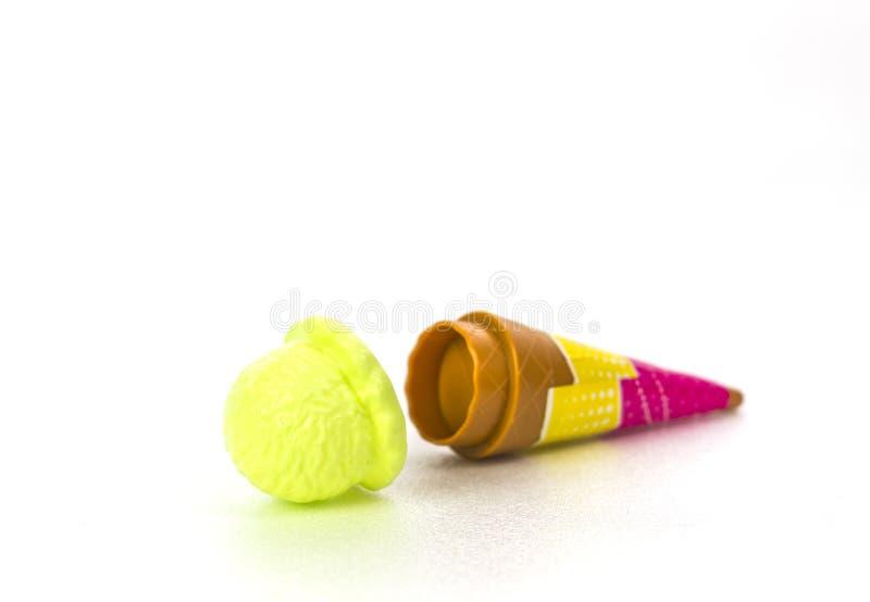 Crianças brinquedo plástico, gota da colher do gelado do limão à terra whit imagem de stock