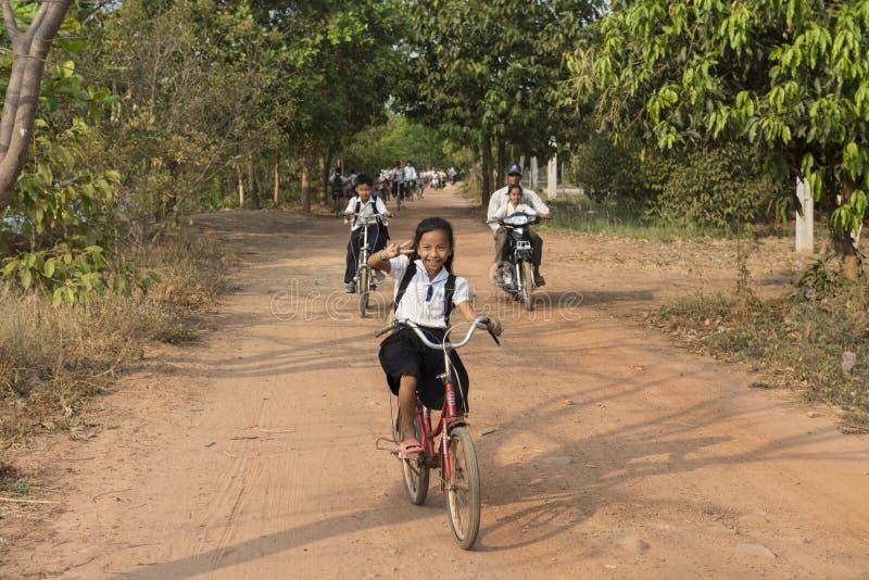 Crianças cambojanas na bicicleta Kampot, Camboja fotos de stock