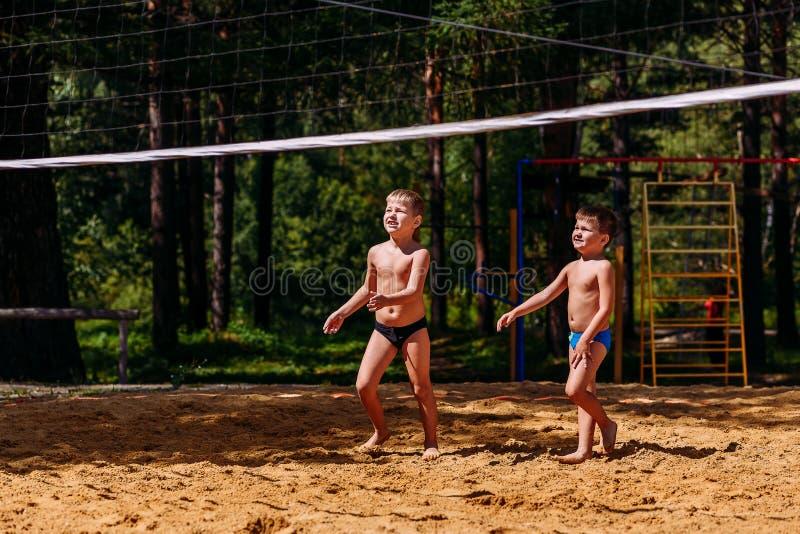 Crianças caucasianos atléticas bronzeadas que jogam no short com os pés descalços no verão foto de stock royalty free