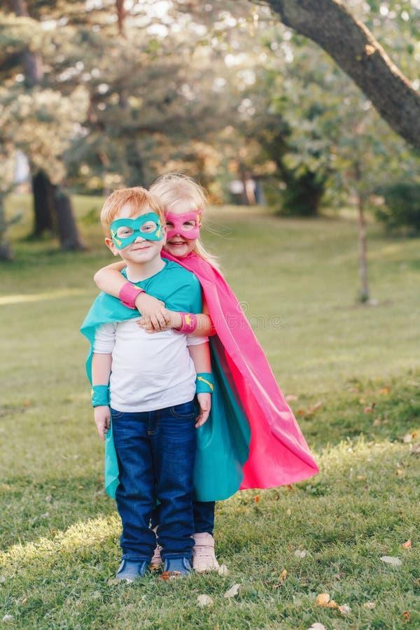 Crianças caucasianos prées-escolar que jogam super-herói fotos de stock