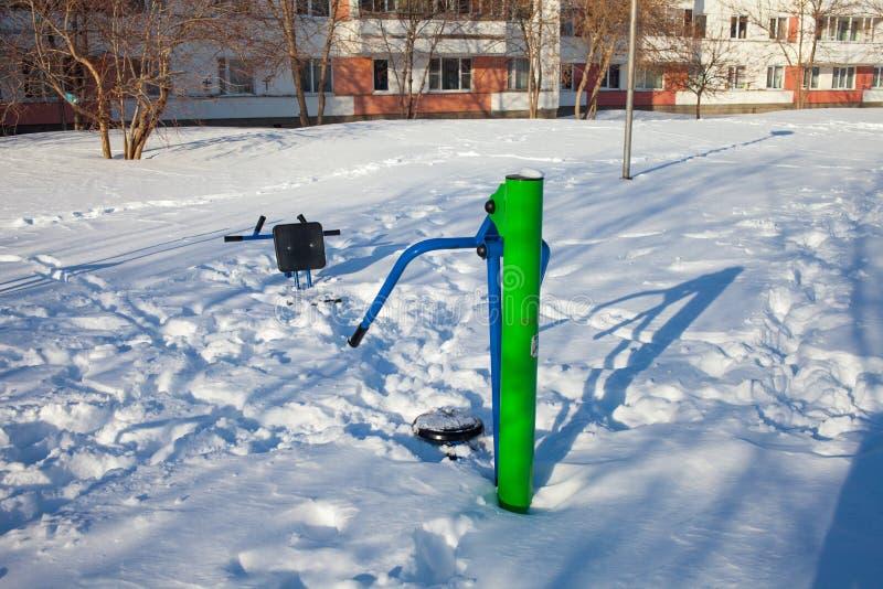 Crianças cobertos de neve e terras de esportes em Rússia Limpeza pobre da neve Inércia de serviços públicos fotografia de stock