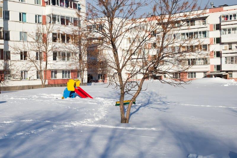 Crianças cobertos de neve e terras de esportes em Rússia Limpeza pobre da neve Inércia de serviços públicos imagens de stock