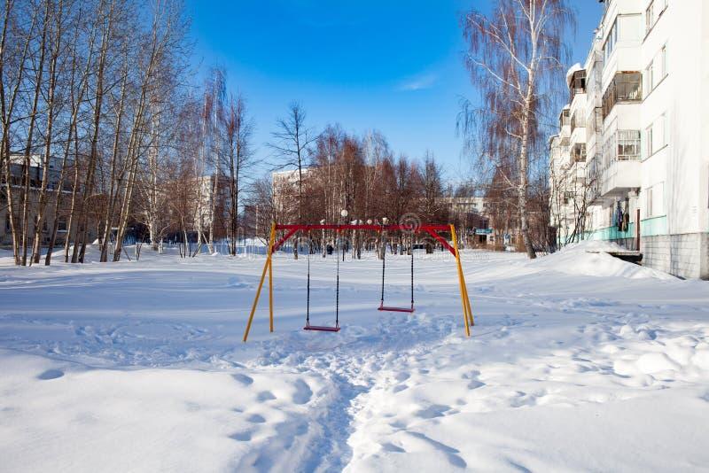 Crianças cobertos de neve e terras de esportes em Rússia Limpeza pobre da neve Inércia de serviços públicos fotografia de stock royalty free