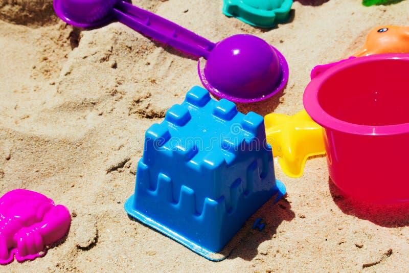 Crianças coloridas do brinquedo com na praia imagens de stock