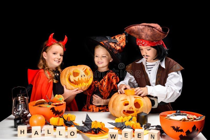 Crianças com abóboras do Dia das Bruxas imagem de stock