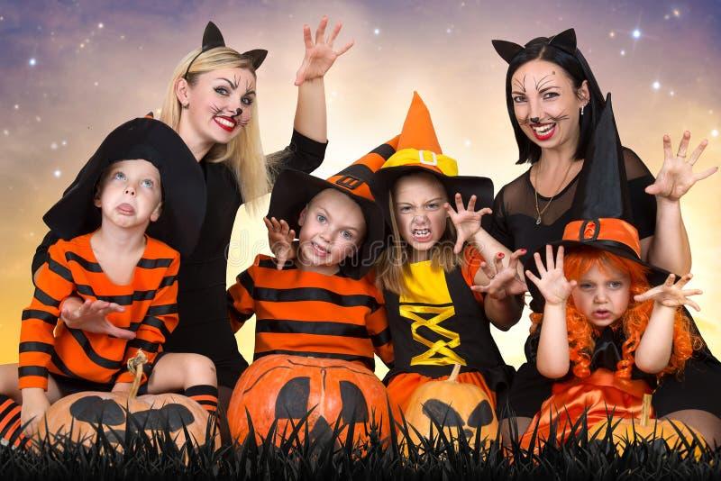 Crianças com as mamãs que comemoram Dia das Bruxas fotografia de stock royalty free