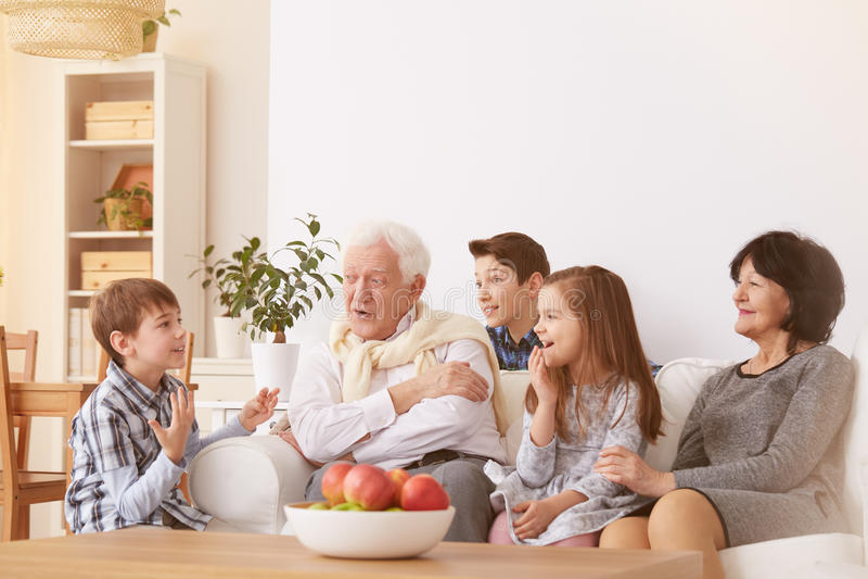 Crianças com avós imagem de stock royalty free