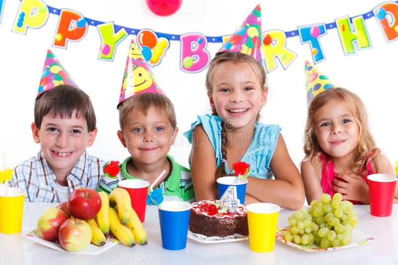 Crianças com bolo de aniversário imagens de stock royalty free