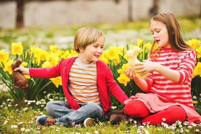 Crianças com coelhos do chocolate, retrato fotos de stock