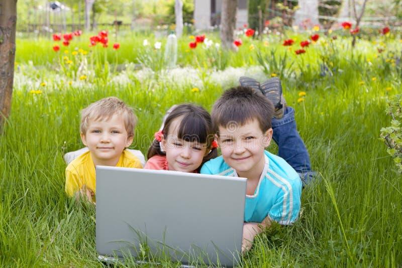 Crianças com computador imagens de stock royalty free