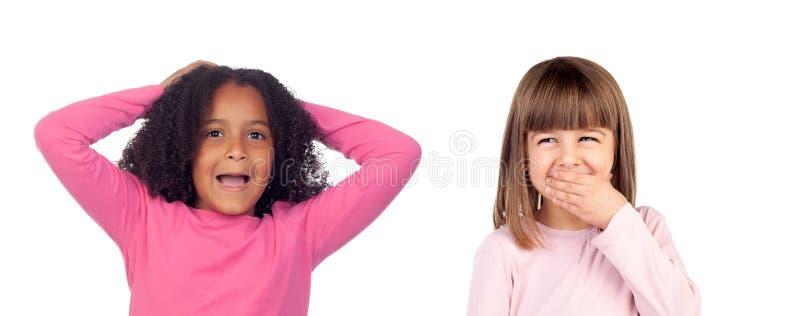 Crianças com expressão e riso engraçados foto de stock royalty free