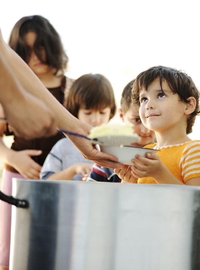 Crianças com fome no acampamento de refugiado fotos de stock royalty free
