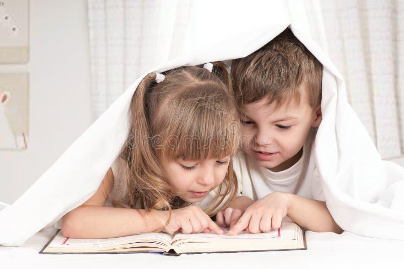 Crianças com livro imagens de stock