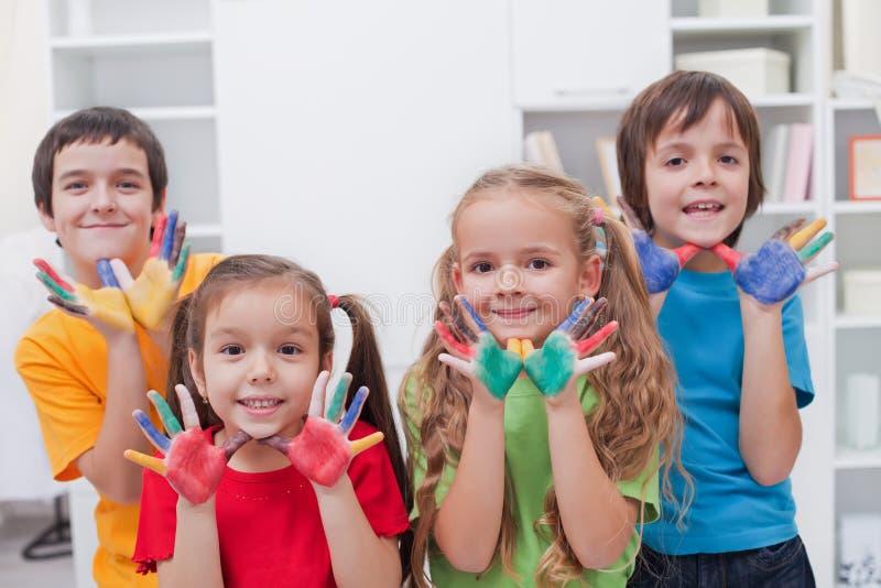 Crianças com mãos coloridas fotografia de stock