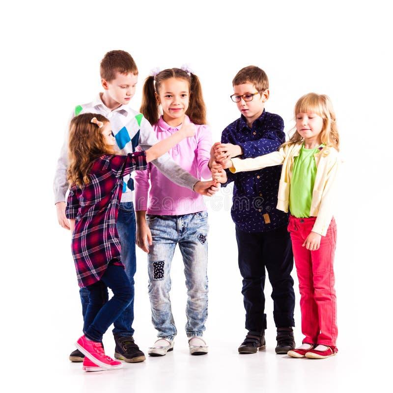 Crianças com mãos levantadas foto de stock