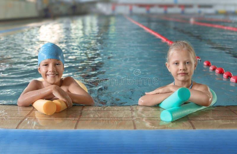 Crianças com macarronetes da natação fotos de stock royalty free