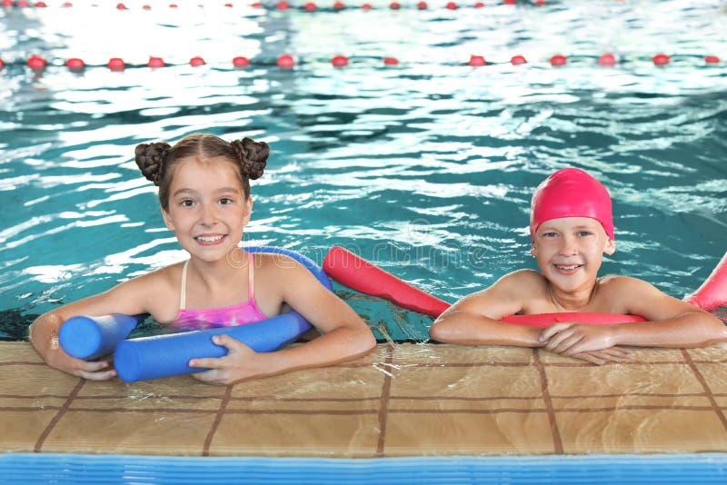 Crianças com macarronetes da natação fotos de stock