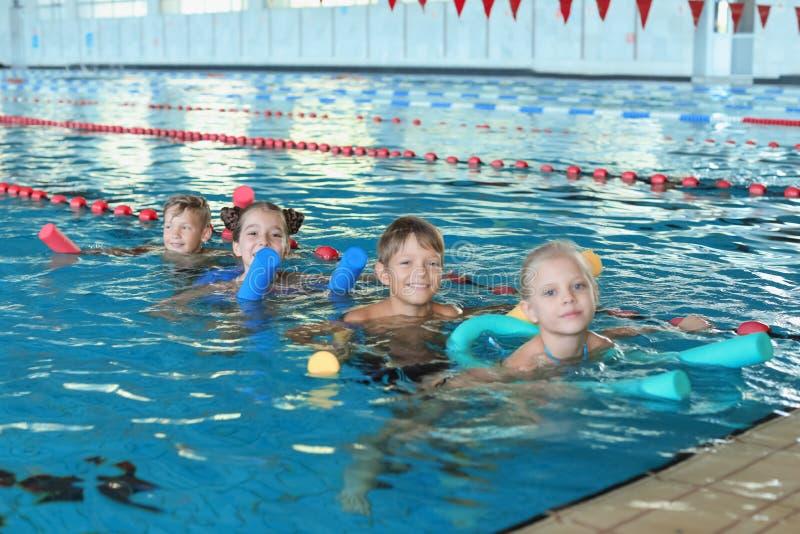 Crianças com macarronetes da natação imagem de stock royalty free