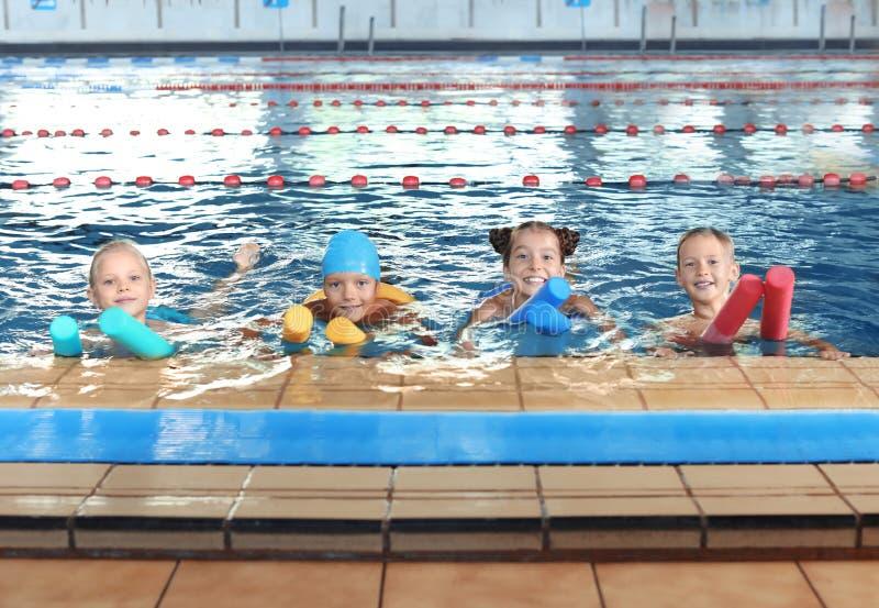 Crianças com macarronetes da natação foto de stock