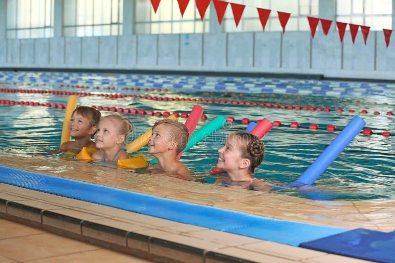 Crianças com macarronetes da natação foto de stock royalty free