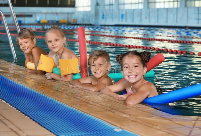 Crianças com macarronetes da natação fotografia de stock