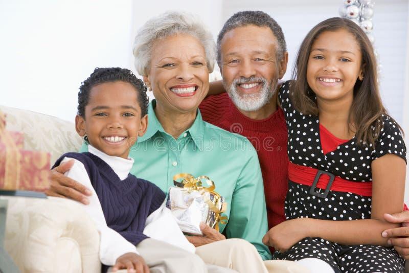 Crianças com os Grandparents no Natal imagens de stock royalty free