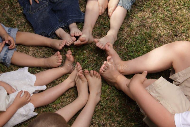 Crianças com os pés descalços imagem de stock