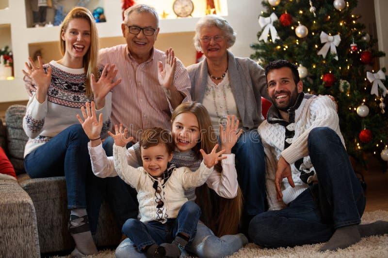 Crianças com os pais e as avós que comemoram o Natal fotografia de stock royalty free