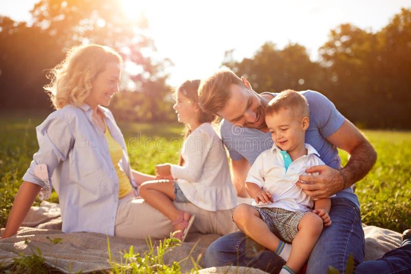 Crianças com pais na natureza imagem de stock royalty free