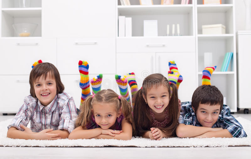 Crianças com peúgas coloridas fotografia de stock royalty free