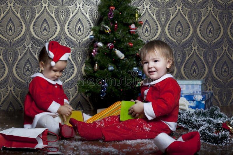 Crianças com presentes de Natal imagem de stock royalty free