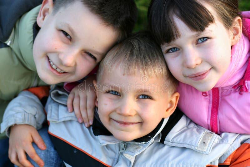Crianças com sorrisos mornos fotos de stock