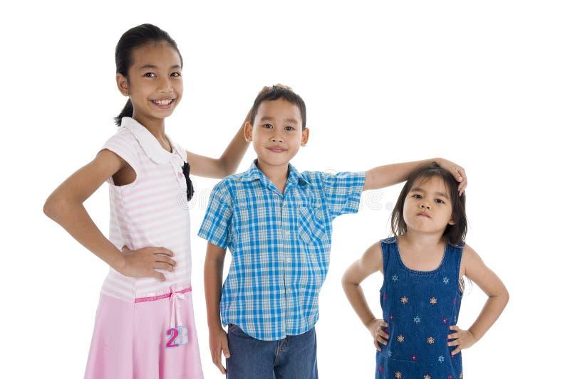 Crianças com tamanhos diferentes fotos de stock royalty free