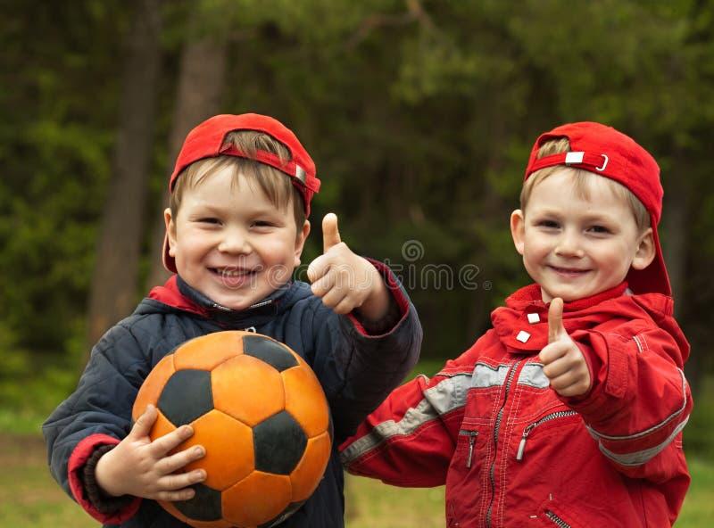 Crianças com uma esfera fotografia de stock royalty free