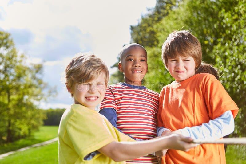 Crianças como uma equipe forte no conflito foto de stock royalty free