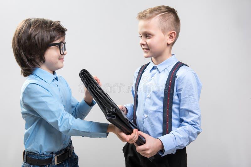 Crianças contentes que imaginam-se como colegas do negócio imagem de stock royalty free